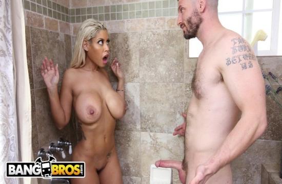 Büyük göğüslü sarışın kadınla banyoda anal